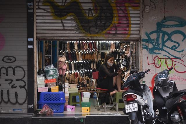 Chưa hết cách ly xã hội, nhiều cửa hàng kinh doanh vẫn mở cửa - 10