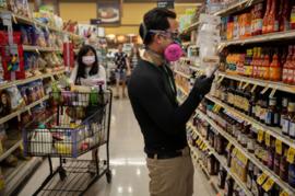 """Covid-19: Chỉ số niềm tin người tiêu dùng Mỹ giảm """"kỷ lục"""" sau sáu năm"""
