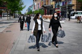 """Vẫn còn sợ dịch bệnh, người tiêu dùng Trung Quốc """"dè dặt"""" chi tiêu"""