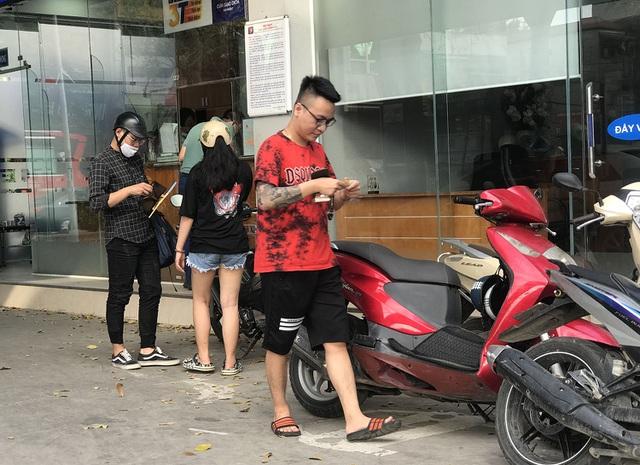 Người dân cuống cuồng, rồng rắn xếp hàng đi mua bảo hiểm xe máy, ô tô - 5