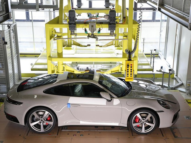 Khách hàng có thể xem Porsche sản xuất xe mình đặt mua qua điện thoại - 5
