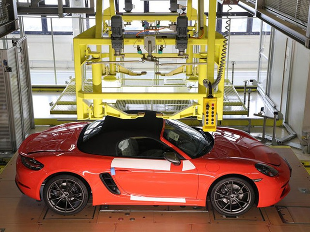 Khách hàng có thể xem Porsche sản xuất xe mình đặt mua qua điện thoại - 8