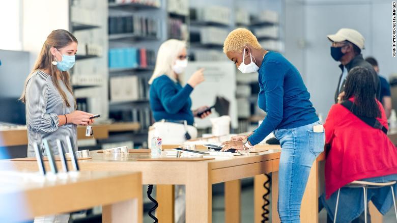 Khách hàng phải đeo khẩu trang và đo thân nhiệt nếu muốn vào Apple Store