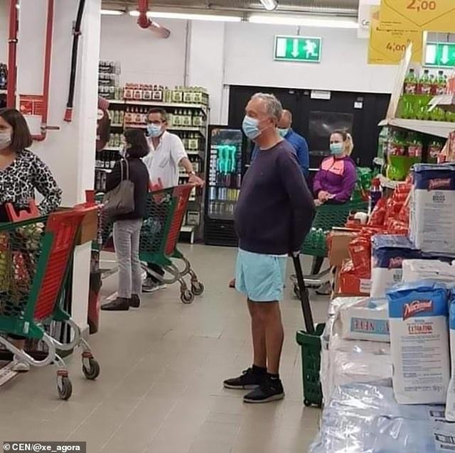 Tổng thống Bồ Đào Nha xếp hàng trong siêu thị - 1