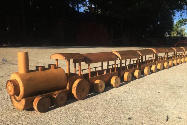 Độc đáo mô hình xe máy, ô tô, tàu hỏa làm từ tre Việt - 4
