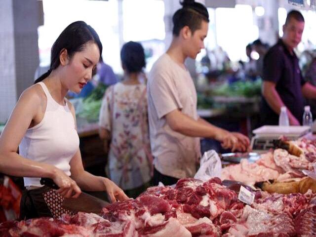 Giá thịt lợn bị thổi lên gần 300.000 đồng/kg, người dân sợ, tiểu thương khóc ròng - 1