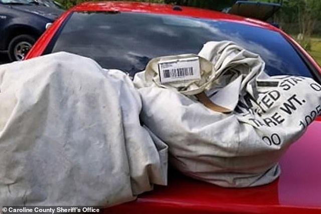 Nhặt 2 túi rác giữa đường, không ngờ vớ được đống tiền 23 tỷ đồng - 2