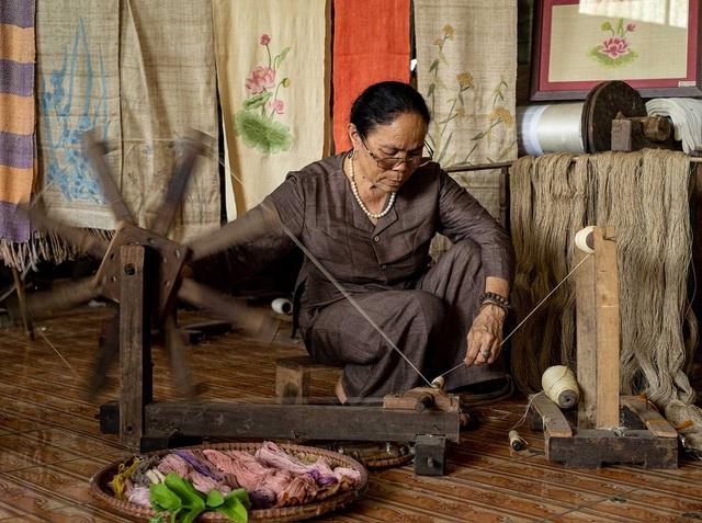 Người phụ nữ khiến sen nhả ra ngọc dệt thành khăn giá 10 triệu đồng/chiếc - 1