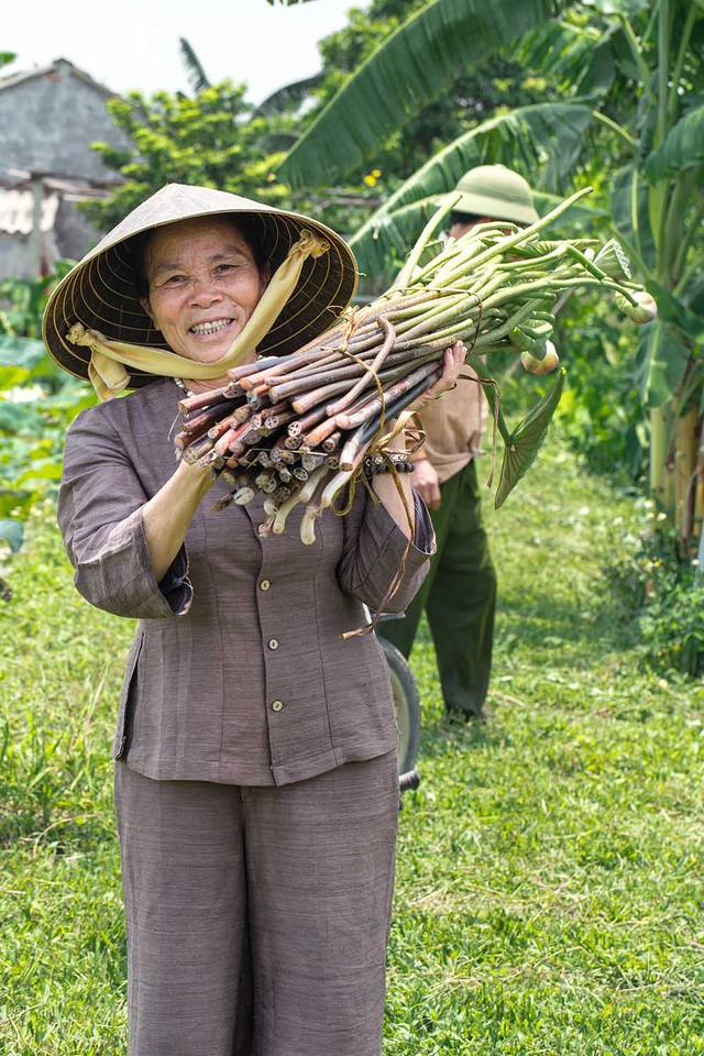Người phụ nữ khiến sen nhả ra ngọc dệt thành khăn giá 10 triệu đồng/chiếc - 6