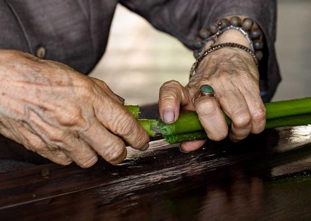 Người phụ nữ khiến sen nhả ra ngọc dệt thành khăn giá 10 triệu đồng/chiếc - 7