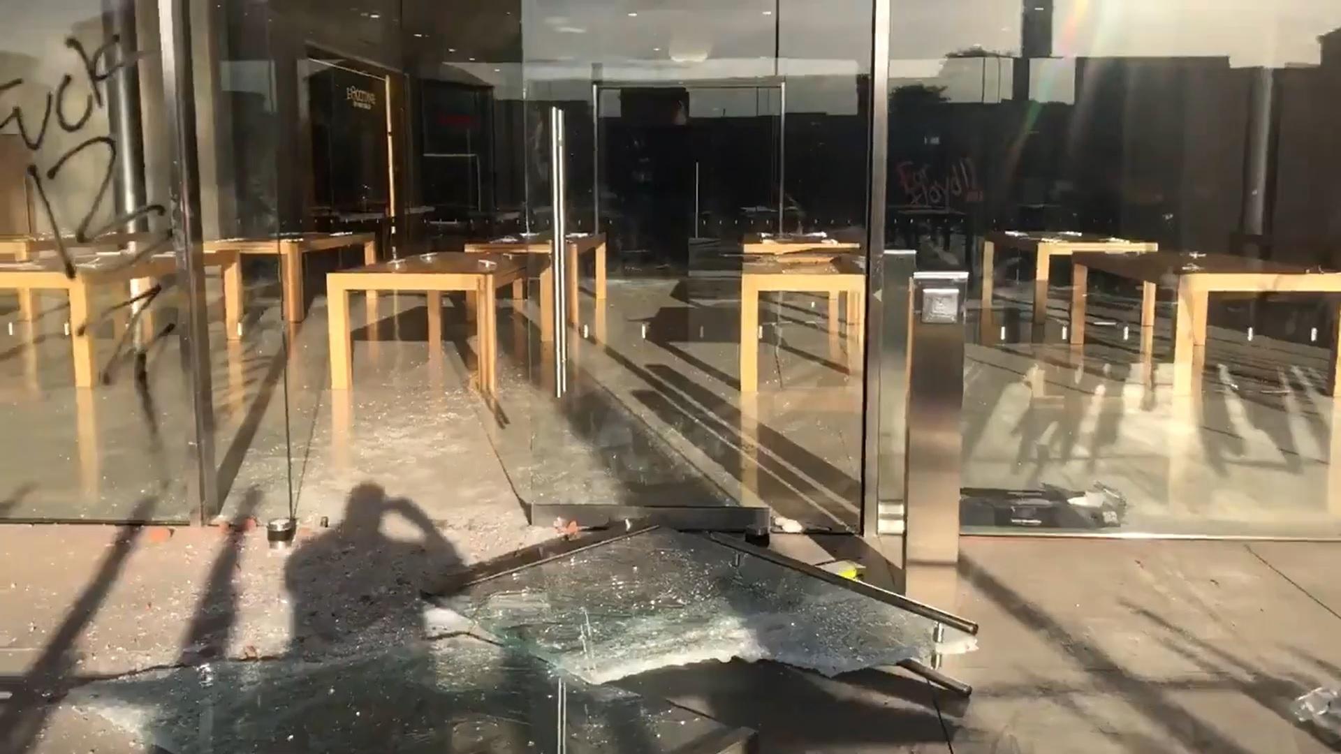 """Nhiều cửa hàng Apple Store bị người biểu tình đập phá, """"hôi của"""""""