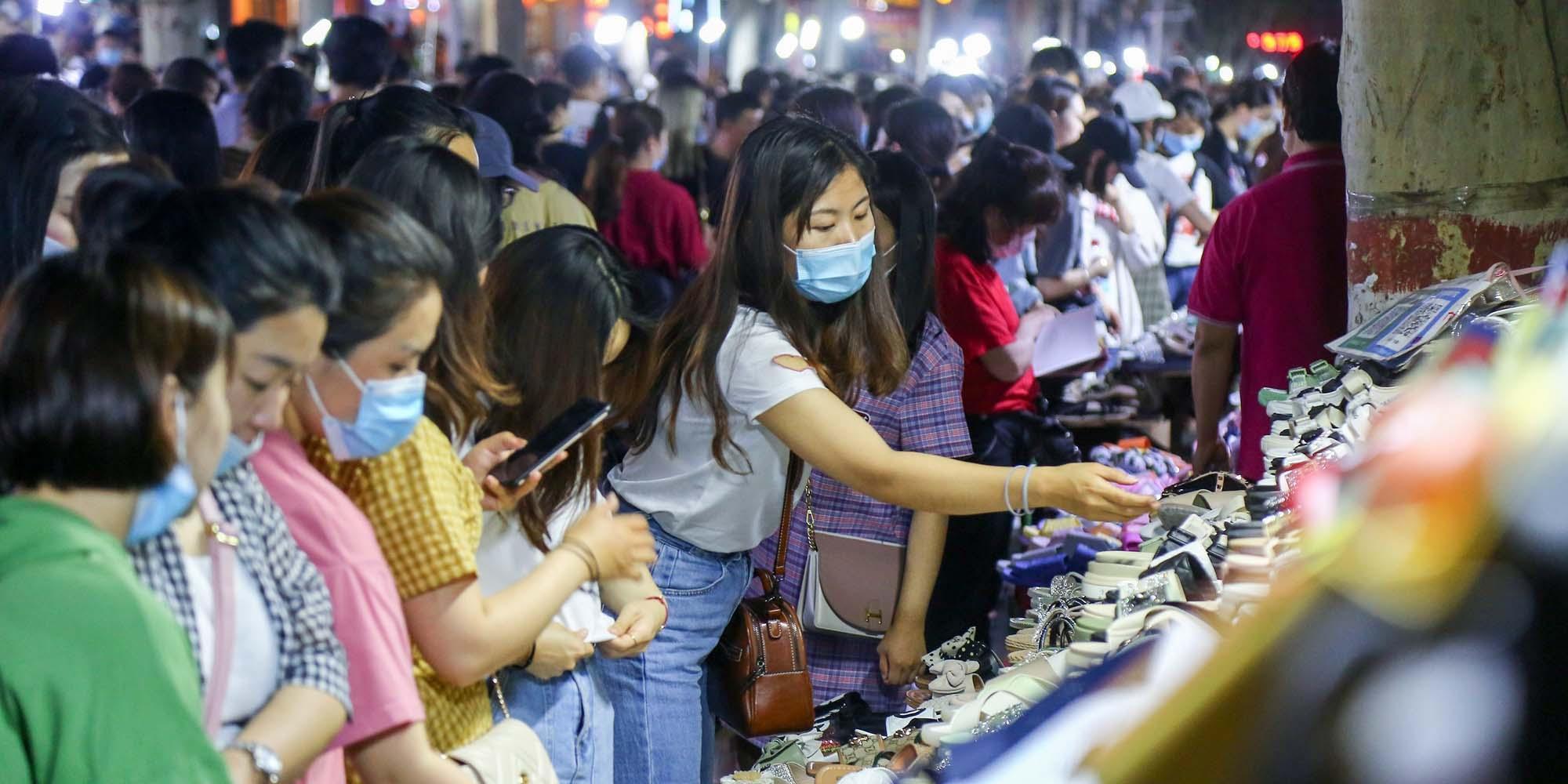 """Bán hàng rong bất ngờ trở thành """"huyết mạch"""" của kinh tế đô thị Trung Quốc"""