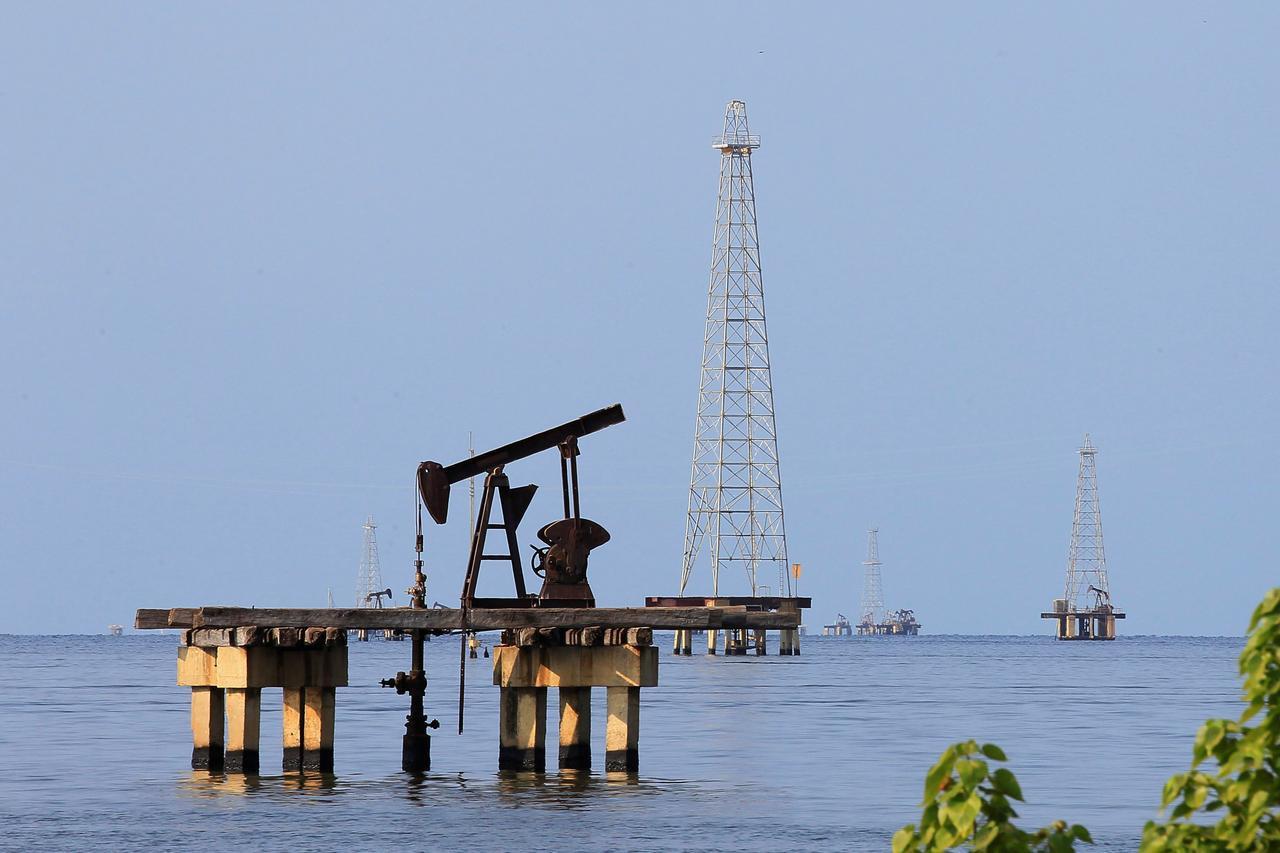 Mỹ sẽ đưa hàng chục tàu chở dầu giao dịch với Venezuela vào danh sách đen