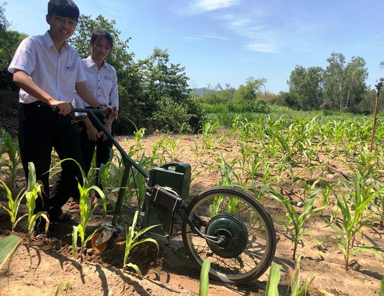 Hai học sinh lớp 9 chế tạo máy cày làm cỏ, bón phân