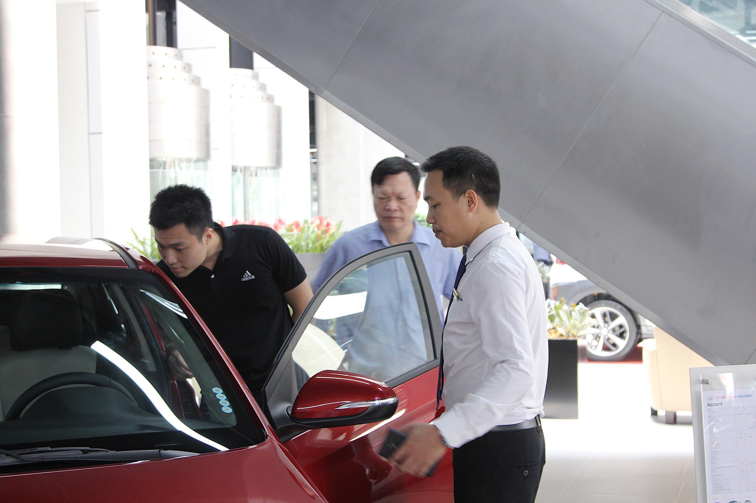 Từ hôm nay, người mua xe trong nước chính thức được giảm 50% phí trước bạ