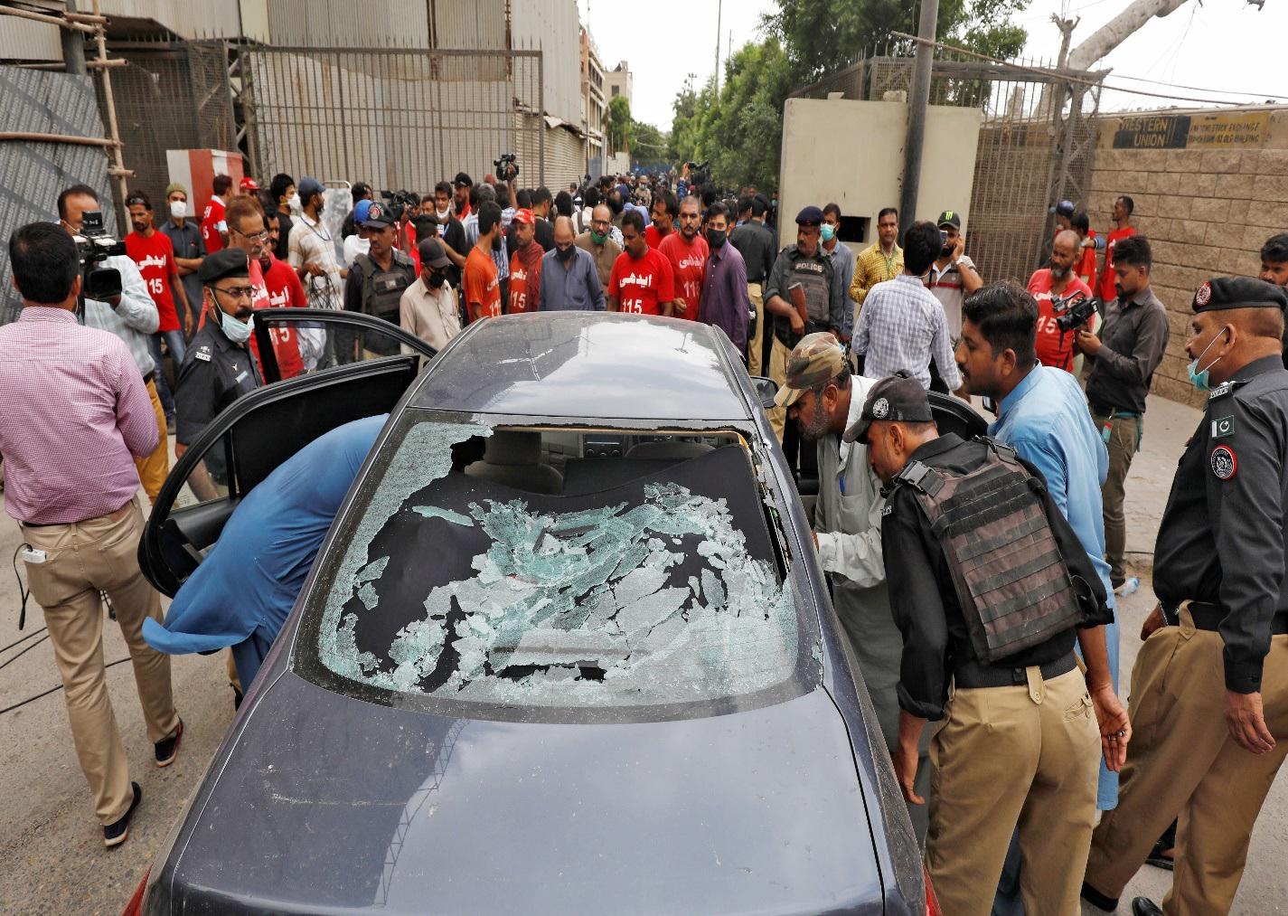 Phiếm quân Pakistan xả súng phản đối