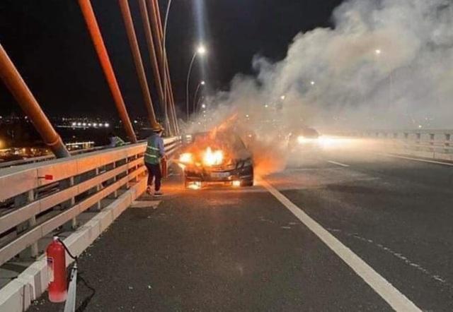 Xe Mercedes cháy trơ khung trên cầu Bạch Đằng - 1