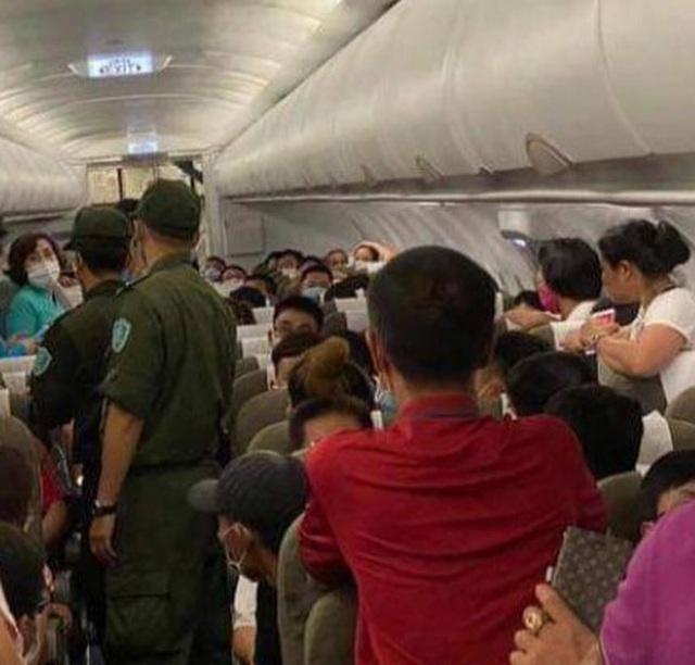 """Cấm bay 1 năm khách nam """"cổ vũ"""" người chửi bới, đe dọa tiếp viên hàng không - 1"""