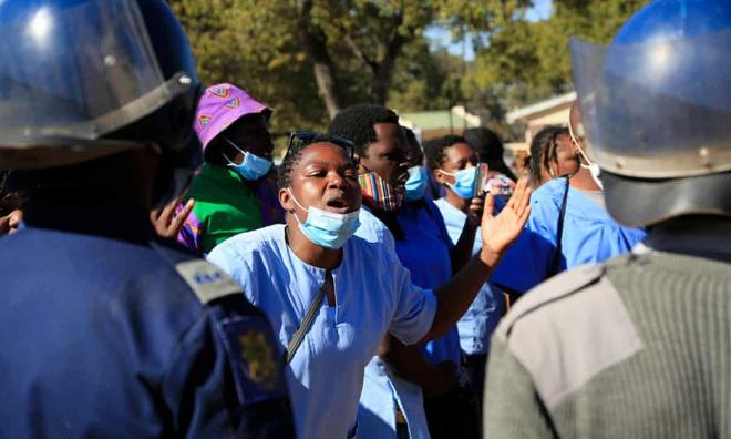 Nhân dân đói khổ, chính phủ Zimbabwe vẫn chi hàng triệu USD