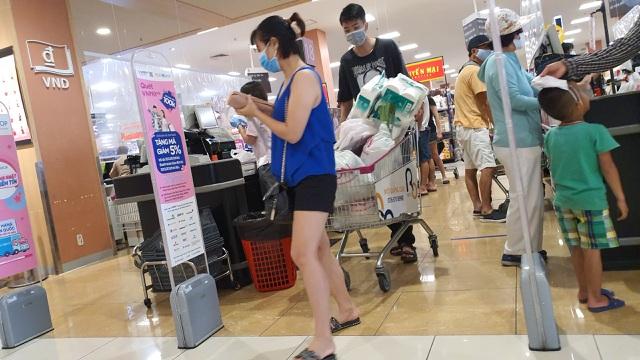 Hà Nội: Hàng hoá đầy kệ, giá cả không biến động sau tin dữ Covid-19 - 13