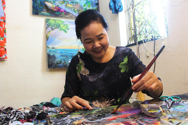 Lạ lùng cách nữ họa sỹ Hà Nội biến vải vụn thành tác phẩm nghìn đô