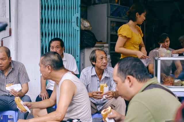 Hàng bánh mì Hà Nội từ thời bao cấp, bán 400 chiếc/ngày, giá chỉ 10 nghìn đồng - 4