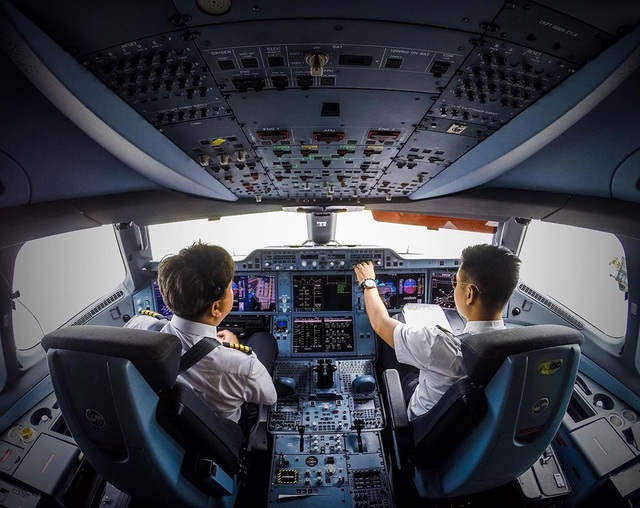 """Bị Covid-19 """"truy quét"""", Vietnam Airlines giảm 50% lương phi công"""