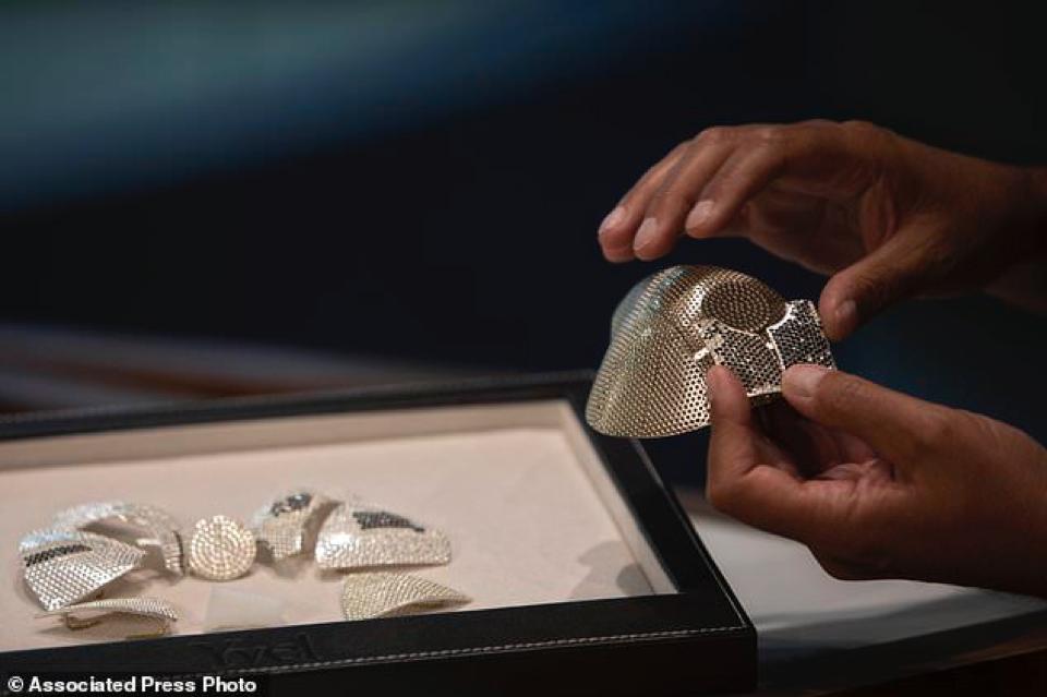 Khẩu trang nạm kim cương đắt nhất thế giới trị giá 1,5 triệu USD