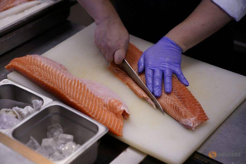 Cá hồi từ châu Âu từng bị Trung Quốc tẩy chay khi phát hiện dấu vết virus trên thớt làm cá tại một ngôi chợ ở Bắc Kinh.