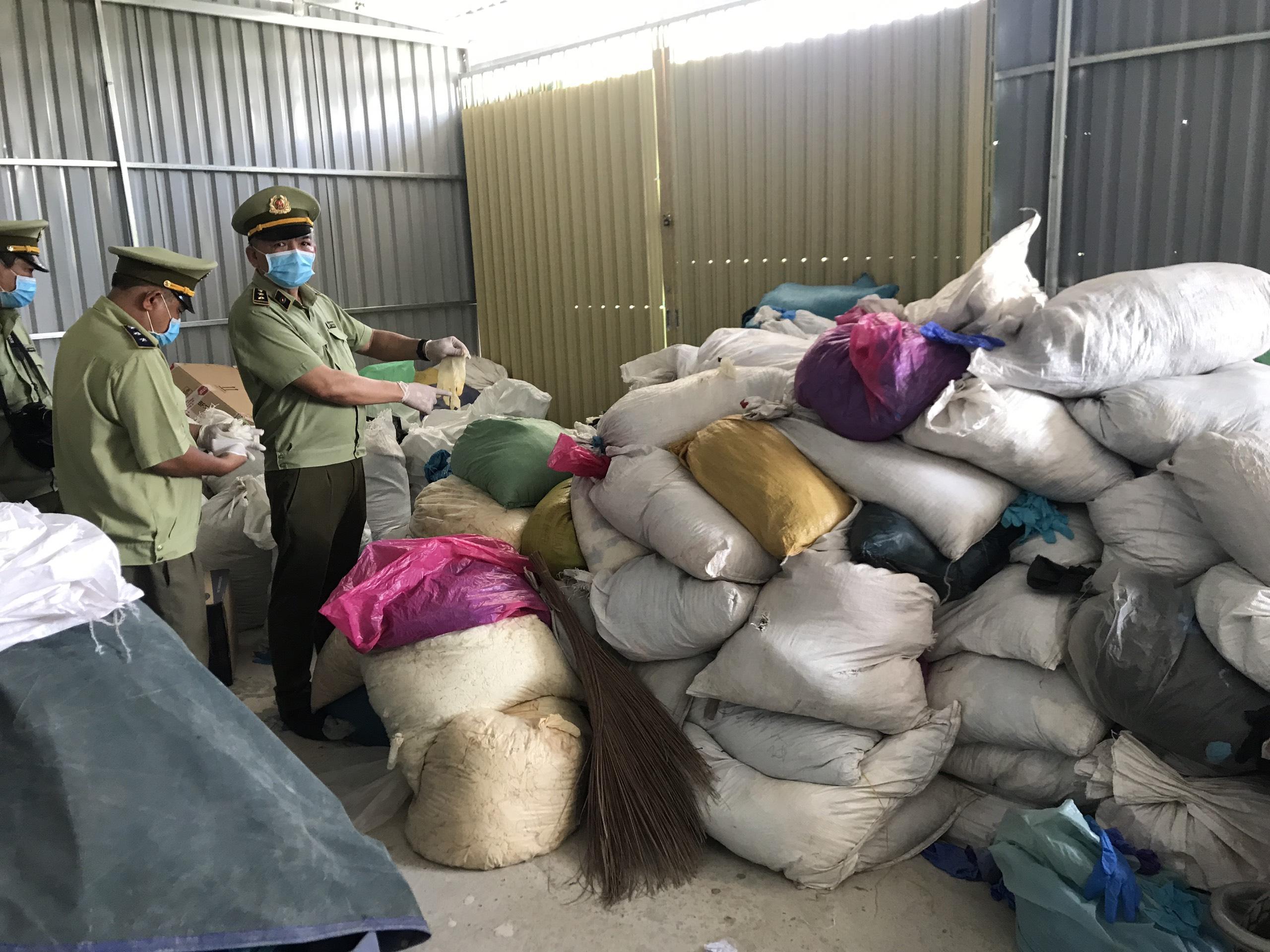 Bắt tại trận tụ điểm tái chế hàng tấn găng tay, quần áo chống dịch đã qua sử dụng