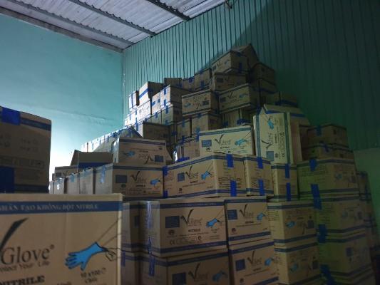 """Phát hiện gần 4.500 thùng carton găng tay y tế nhăn nhúm """"vô chủ"""""""