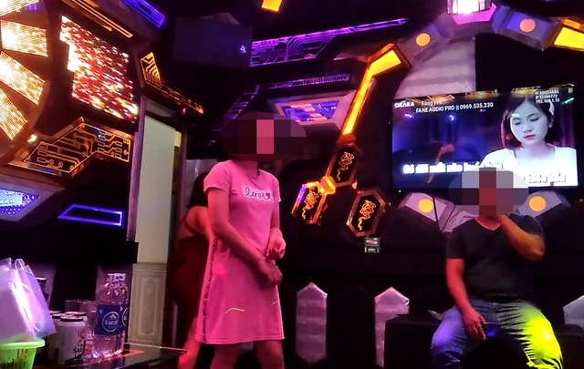 Cảnh nam nữ nườm nượp trong quán karaoke mặc Hà Nội chưa gỡ lệnh cấm - 3