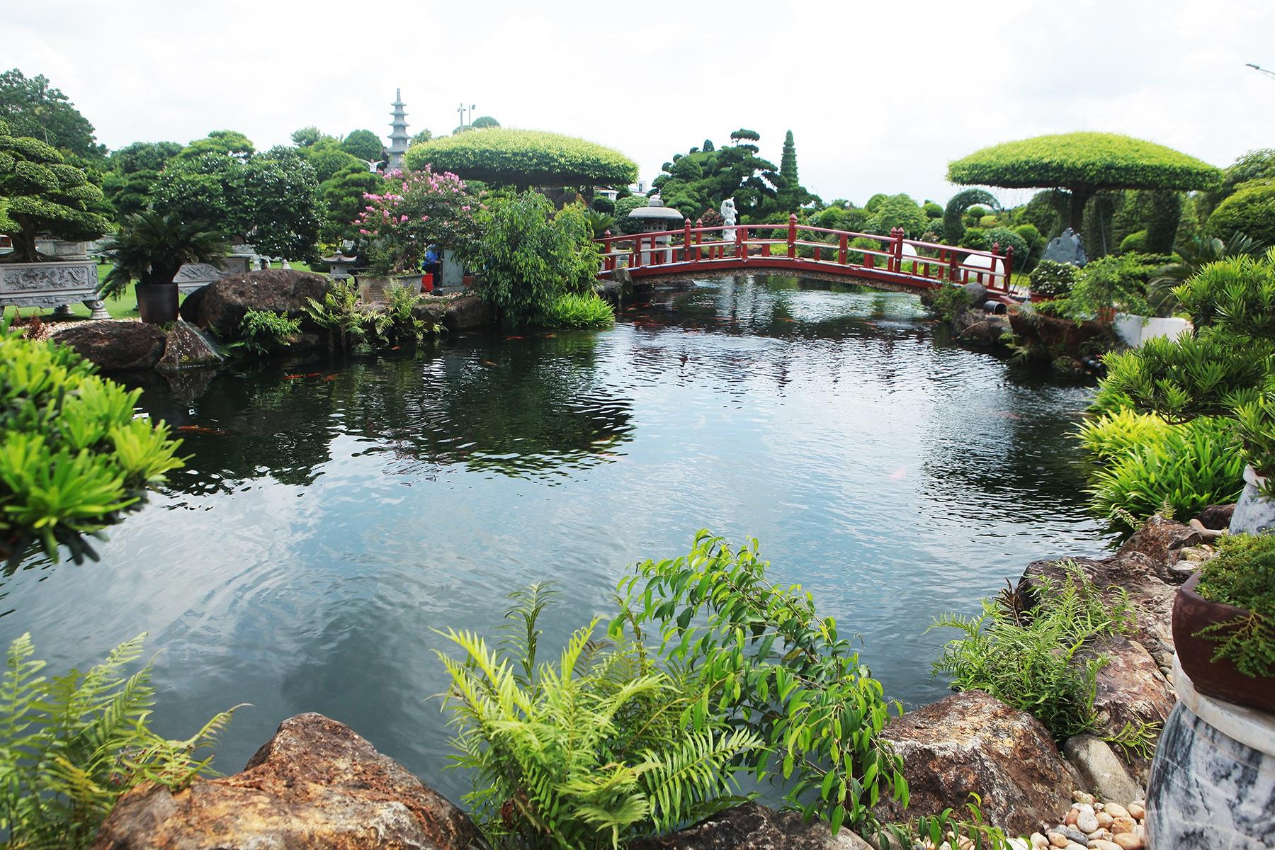 """Đại gia làm hồ cá Koi, đồi nhân tạo bằng 100 tấn """"đá bán quý"""""""