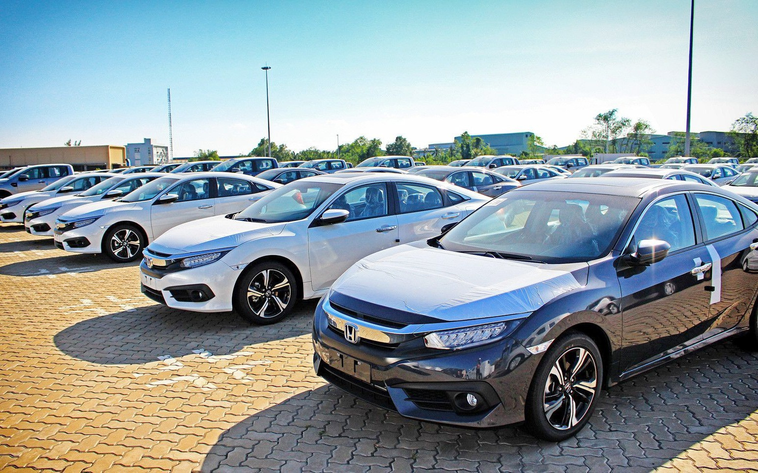 """Nhập khẩu ô tô giảm mạnh, kinh doanh xe trong nước """"ảm đạm"""""""