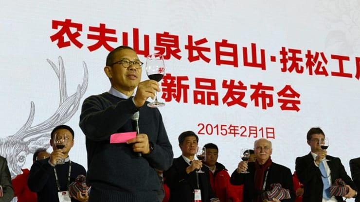 Vượt qua Jack Ma, ông trùm nước đóng chai trở thành người giàu nhất Trung Quốc