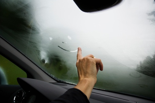 Tại sao kính ô tô bị mờ hơi nước và phải làm gì để xử lý?