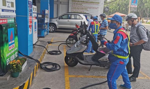 Giá xăng dầu tiếp tục giảm từ chiều nay - 1