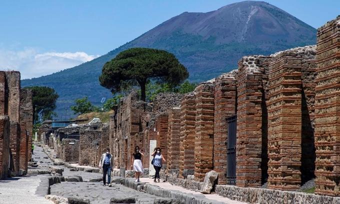 Du khách tại di chỉ khảo cổ Pompeii dưới chân núi Vesuvius, Italy. Ảnh: AFP.