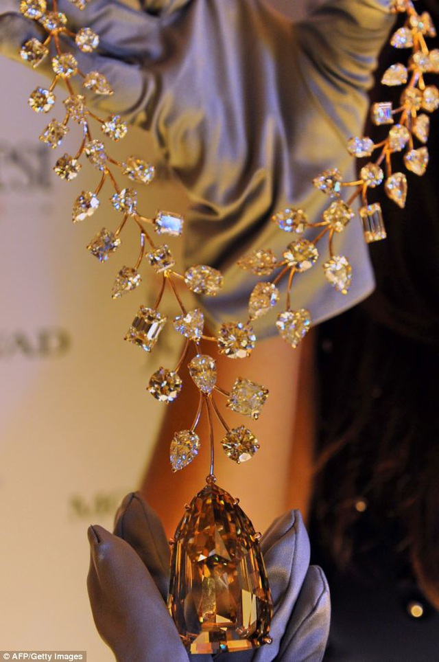 """Mẹ chồng """"chịu chơi"""" tặng con dâu vòng cổ kim cương đắt nhất thế giới - 2"""
