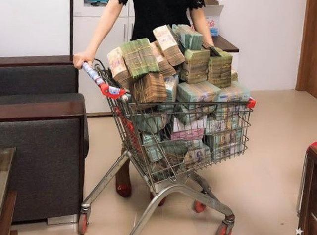 Phát sốt về hình ảnh đại gia khệ nệ vác bao tải tiền đi mua bất động sản - 2
