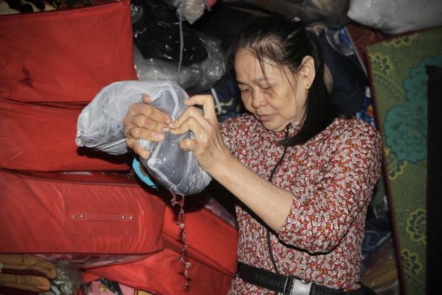 Tiểu thương bật khóc khi thấy hàng hoá biến thành rác sau lũ - 12