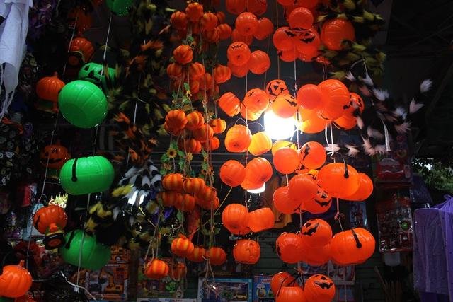 Phố Hàng Mã ngập tràn đồ chơi ma quỷ, rùng rợn trước thềm Halloween - 2