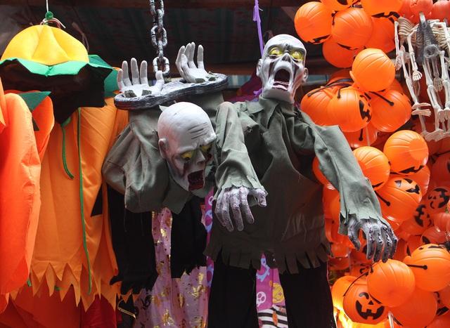 Phố Hàng Mã ngập tràn đồ chơi ma quỷ, rùng rợn trước thềm Halloween - 4