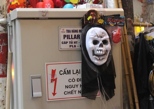 Phố Hàng Mã ngập tràn đồ chơi ma quỷ, rùng rợn trước thềm Halloween - 6