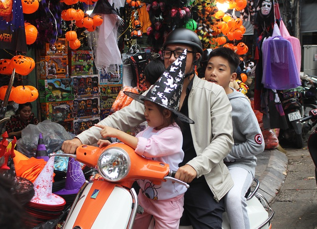Phố Hàng Mã ngập tràn đồ chơi ma quỷ, rùng rợn trước thềm Halloween - 10