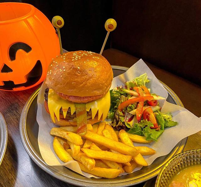 Đồ ăn bàn tay rướm máu, ếch lồi mắt kinh dị cháy hàng mùa Halloween - 1