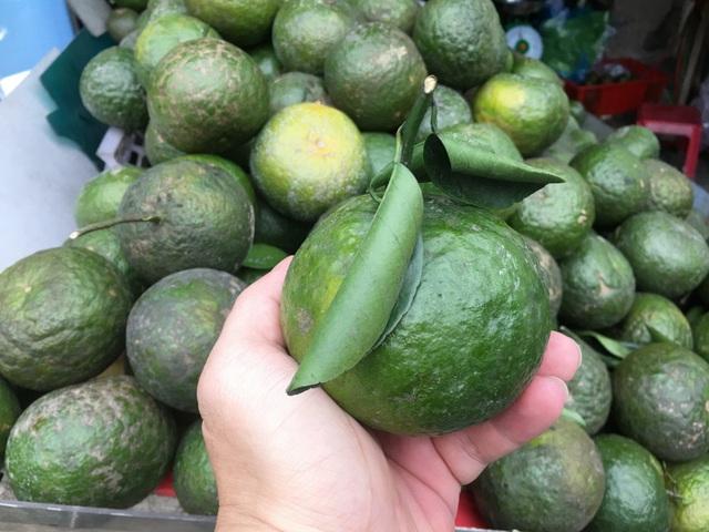 Trái cây đang có giá rẻ không tưởng, chất đầy các hè đường TPHCM - 2