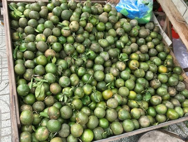 Trái cây đang có giá rẻ không tưởng, chất đầy các hè đường TPHCM - 3