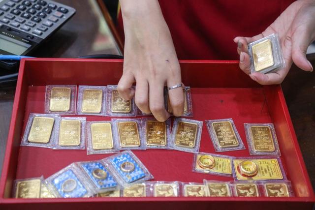 Giá vàng tăng vọt, chờ đợi tin từ nước Mỹ - 1