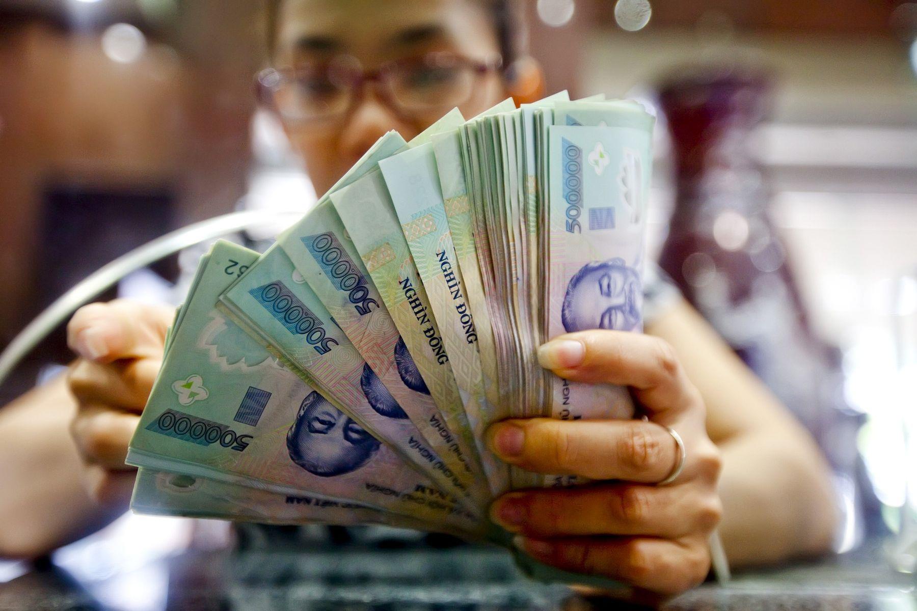 """Tiền """"rẻ"""" chưa từng có, dân Việt đổ xô đầu tư chứng khoán"""